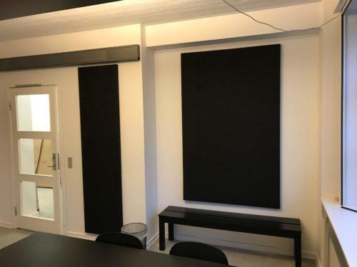 Montering af lodret akustikpanel i kontor