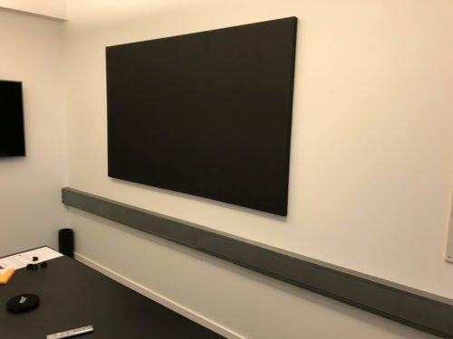 Montering af vandret akustikpanel i kontor