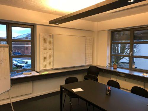 Montering af whiteboard i mødelokale kontor