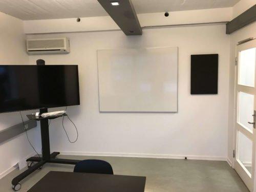 Montering af whiteboard i mødelokale
