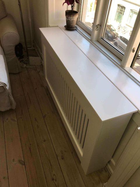 Samling, ændring & montering af radiatorskjuler i stue