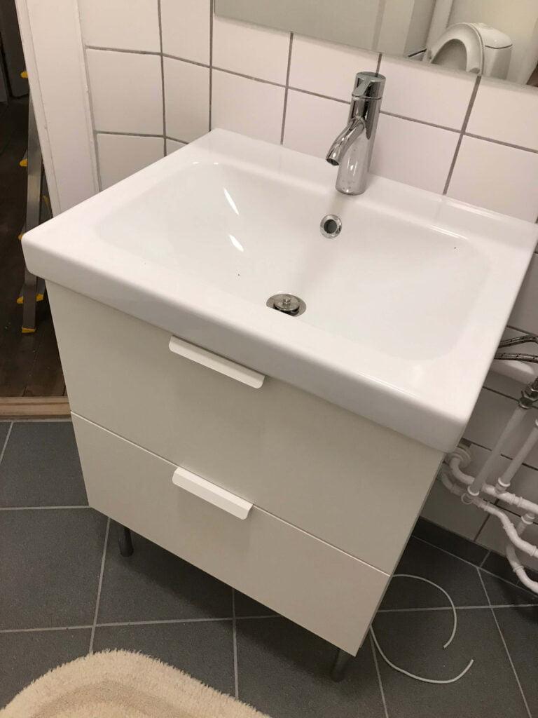 Picture of: Samling Montering Af Ikea Godmorgon Odensvik Vaskeskab Handvask Og Blandingsbatteri Homesetup Dk