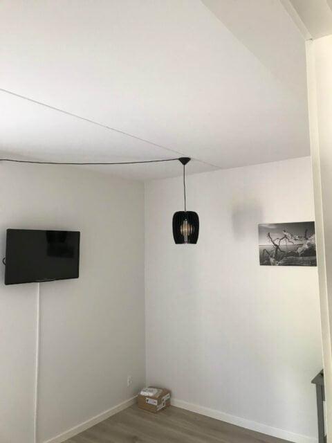 Montering af billede lampe tv i soveværelse