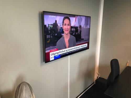 Vægophæng af skærm i kontor