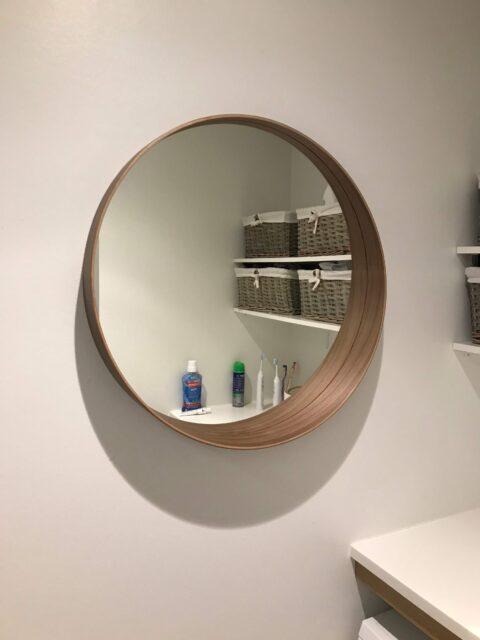 Montering af rundt badeværelsespejl