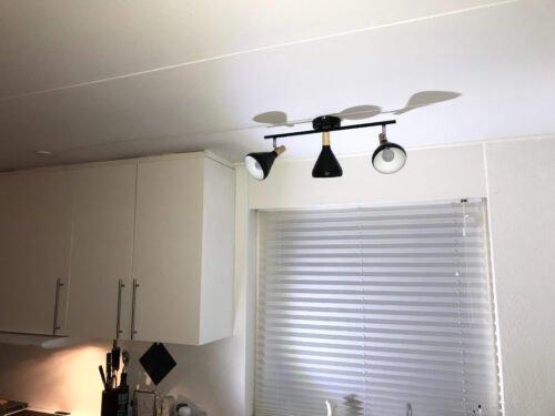 Montering af køkken spot lampe kabelbakke