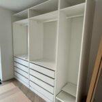 Samling af åbent IKEA PAX garderobeskab